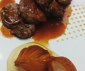 Solomillo de ternera con cebollita glaseada en soja y mirin y crema de ajo y jengibre