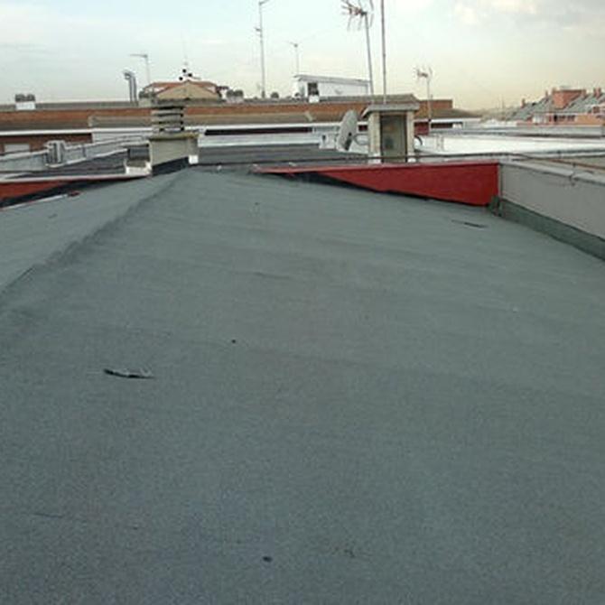 ¿Cómo reparar una gotera en un tejado?