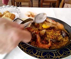 Comiendo una buena Paella en Can Tarradas