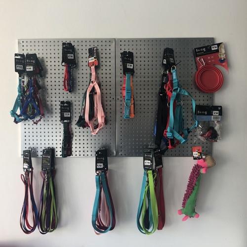 En el Centro Veterinario Antares disponemos de arneses, collares y correas en diferentes medidas y colores... Y si no encuentras el que te gusta, ¡¡¡nosotros te lo conseguimos!!!!