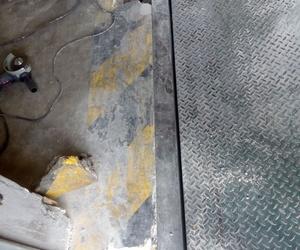 Reparación de pre marco de muelle de carga de camiones arrancado de solera