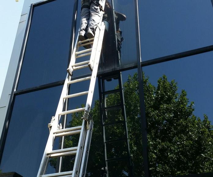 Limpieza de fachada acristalada en altura