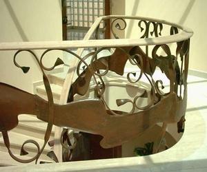 Barandilla en hierro oxidado, pasamanos curvado en madera en Sabadell