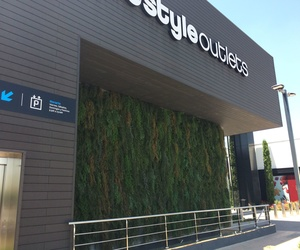 Jardín vertical para fachada de centro comercial