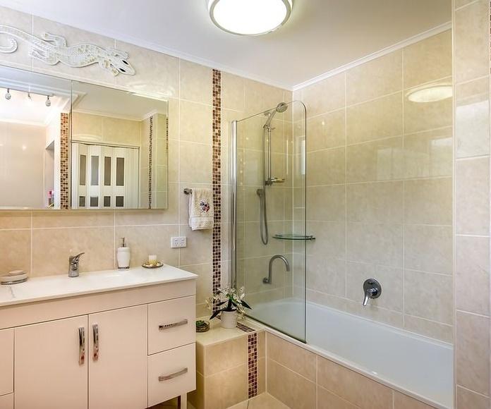 Cambio de bañera por ducha. Reforma de baños completos: Servicios de Excavic 2015 Construcciones