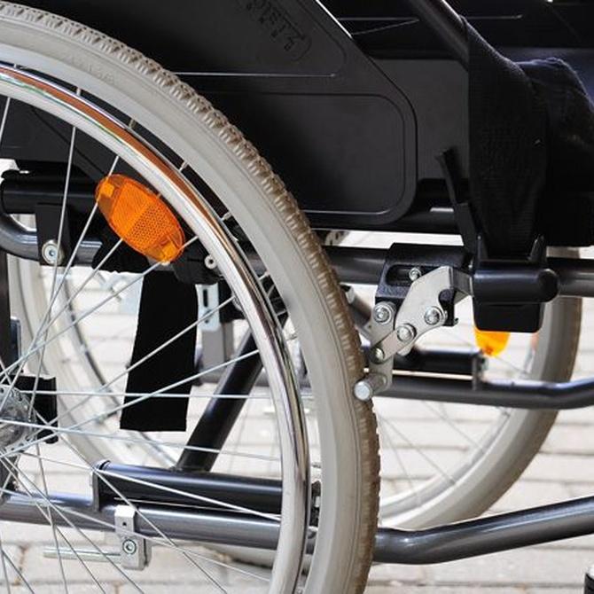 Cómo plegar una silla de ruedas