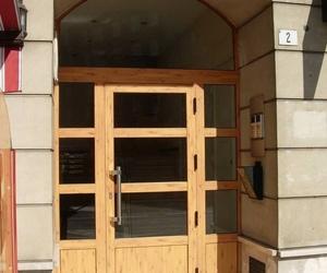 Puerta de portal imitación madera