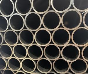 Gran variedad de tubos de hierro en diferentes tamaños y grosores