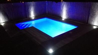 Una piscina correctamente iluminada