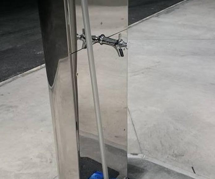 Soporte de acero inoxidable para grifo y cepillo con diseño personalizado para área de servicios.