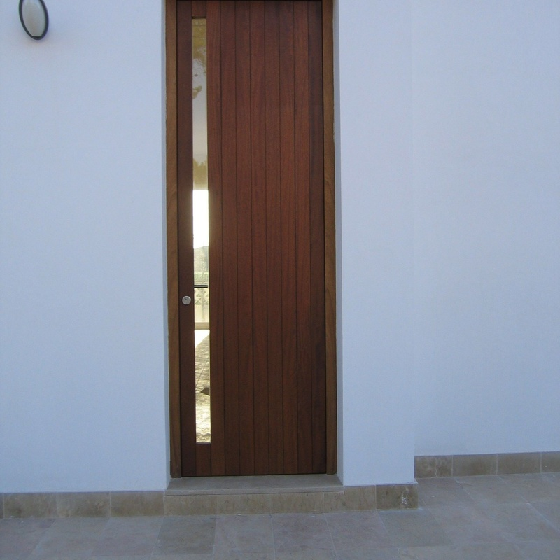 Puerta en madera de Iroko, de medidas especiales.