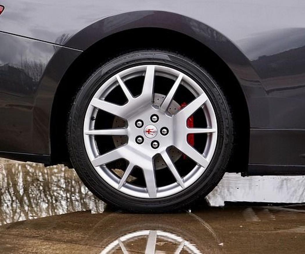 Aprende a cambiar la rueda de tu coche en caso de pinchazo