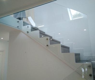 Escaleras con Quick-Step serie Largo modelo Roble Pacifico. Rodapié de 120X13mm. lacado y peldañeado.