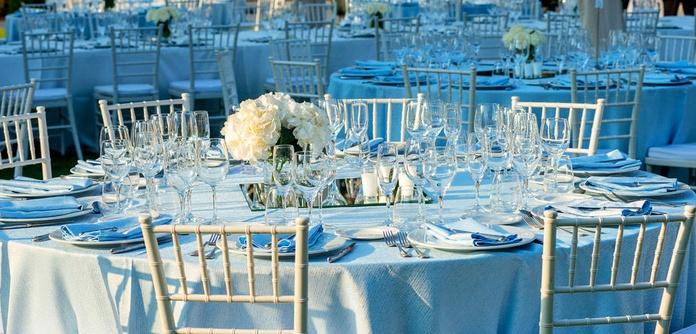 Oferta de alquiler de sillas y mesas para bodas y eventos