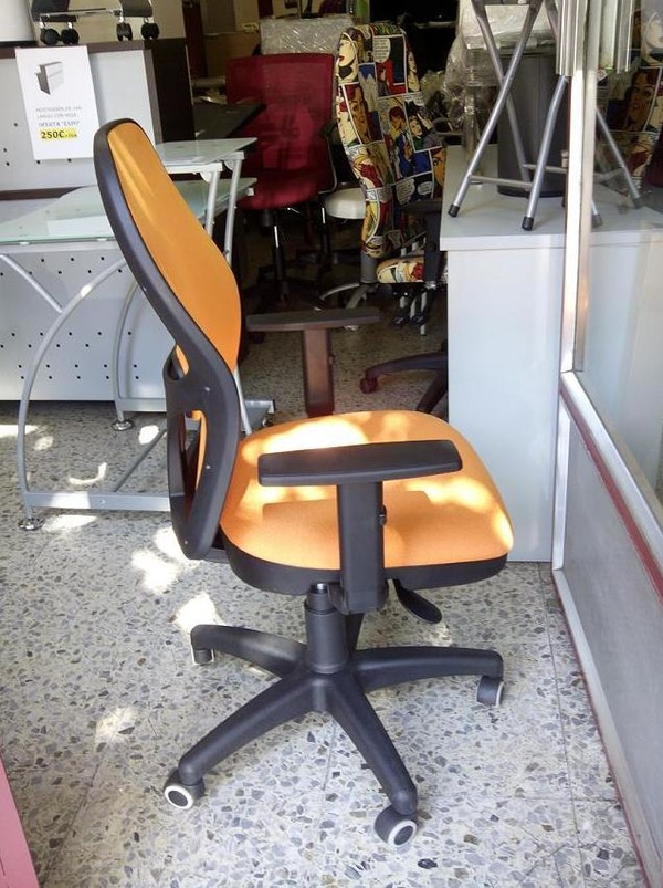 Silla ergonómica  PS-15 malla naranja , brazos regulables.Vista lateral