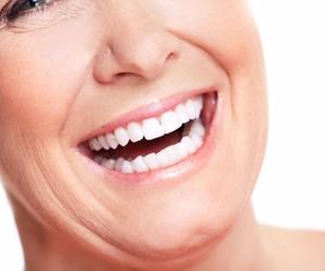 Limpieza y mantenimiento de las prótesis dentales fijas