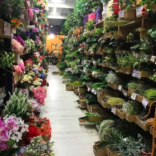 Interior de la parada del Mercado de Vilassar de Mar con flor y planta artificial -Fernando Gallego SCP