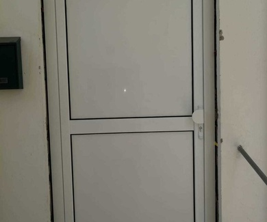 Cambiar puerta de madera por una de aluminio en Las Palmas