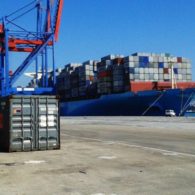 Revisión y mantenimiento de contenedores marítimos