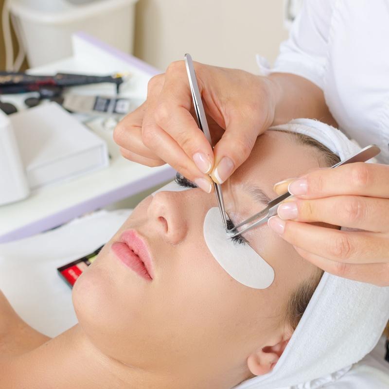Permanente, tinte y extensiones de pestañas y cejas: Servicios de Salón de Belleza Sukaro