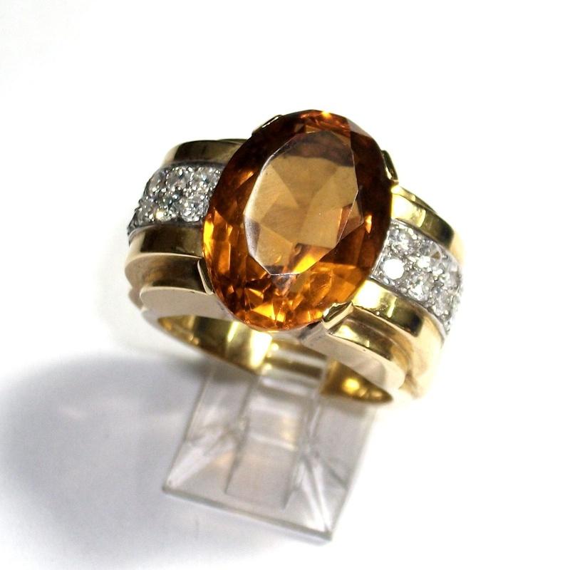 Sortija de oro con cuarzo citrino y brillantes. Circa: 1970-80.: Catálogo de Antigua Joyeros