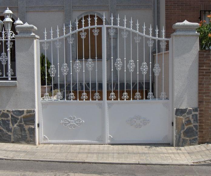 Puerta abatible de dos hojas en acero lacado