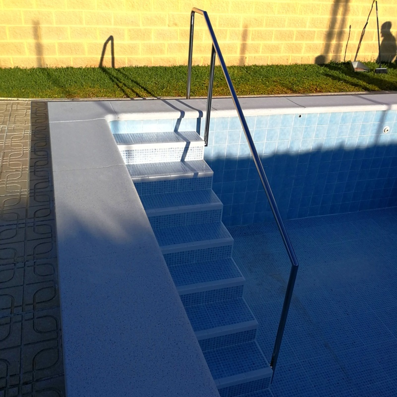 Barandilla de acero inoxidable  para piscina diseñada y fabricada a medida para vivienda particular.