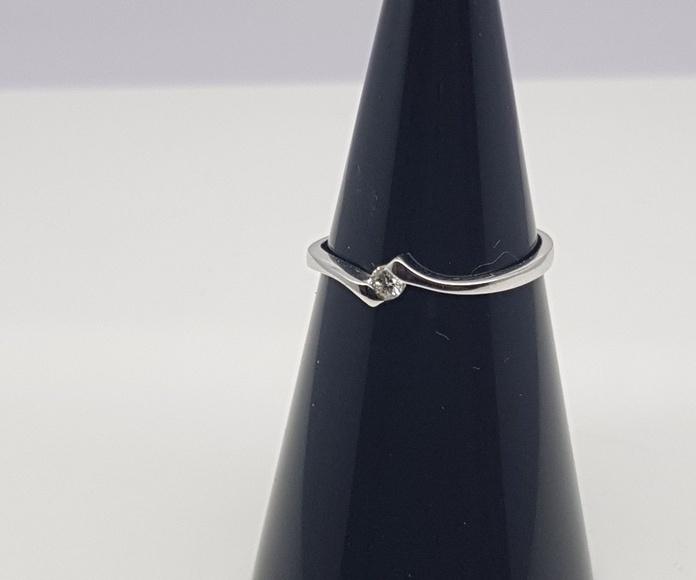 Solitario oro blanco, diseño quebrado, con diamante talla brillante de 0.055 Cts.