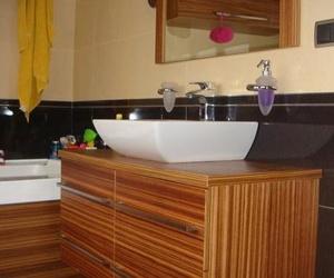 Mueble de madera cebrano con cuatro cajones, cierre silencioso y espejo a conjunto