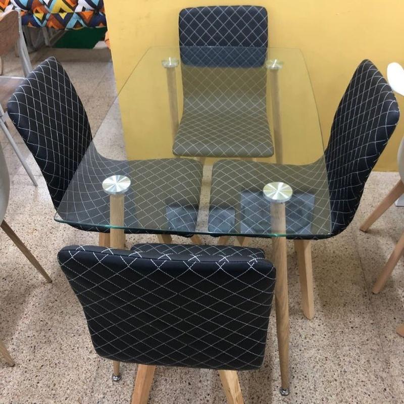 Mesa de cristal y 4 sillas negras: Productos de Remar Castellón