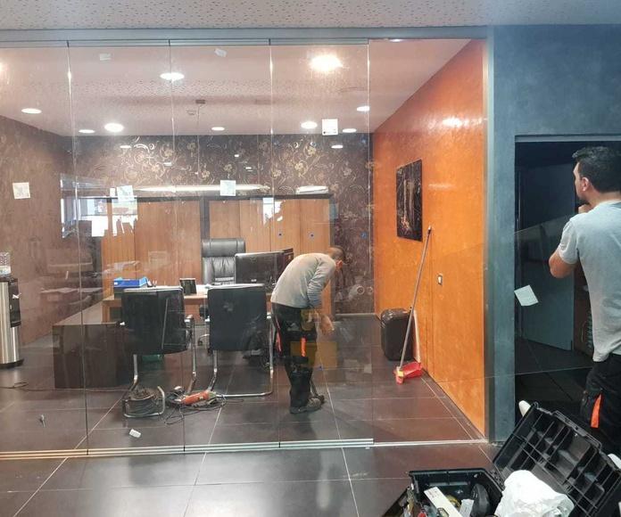 Cortina de cristal en oficina Stanzia Muebles
