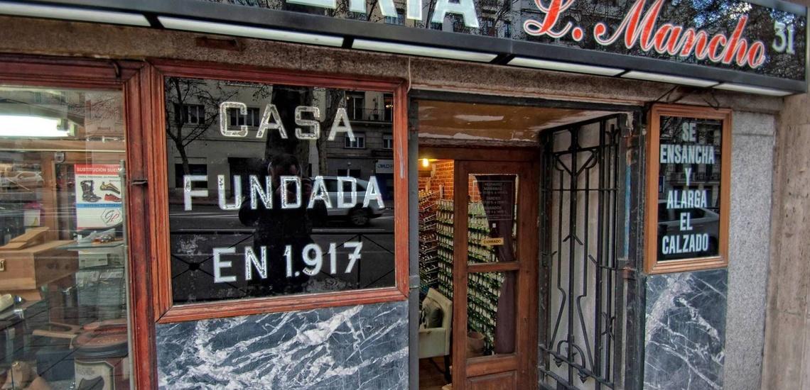 El escaparate centenario del Taller Artesanal de Zapatería Luis Mancho en Argüelles, Madrid, donde realizamos la reparación de calzado clásico