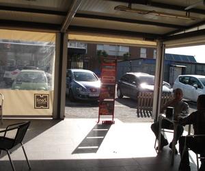 Terraza exterior de la cafetería