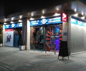Bandeja calada con textos en relieve e iluminación mediante proyectores LED