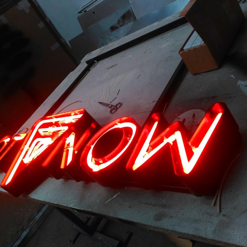 Letras corpóreas de aluminio lacado e iluminación en neón tradicional