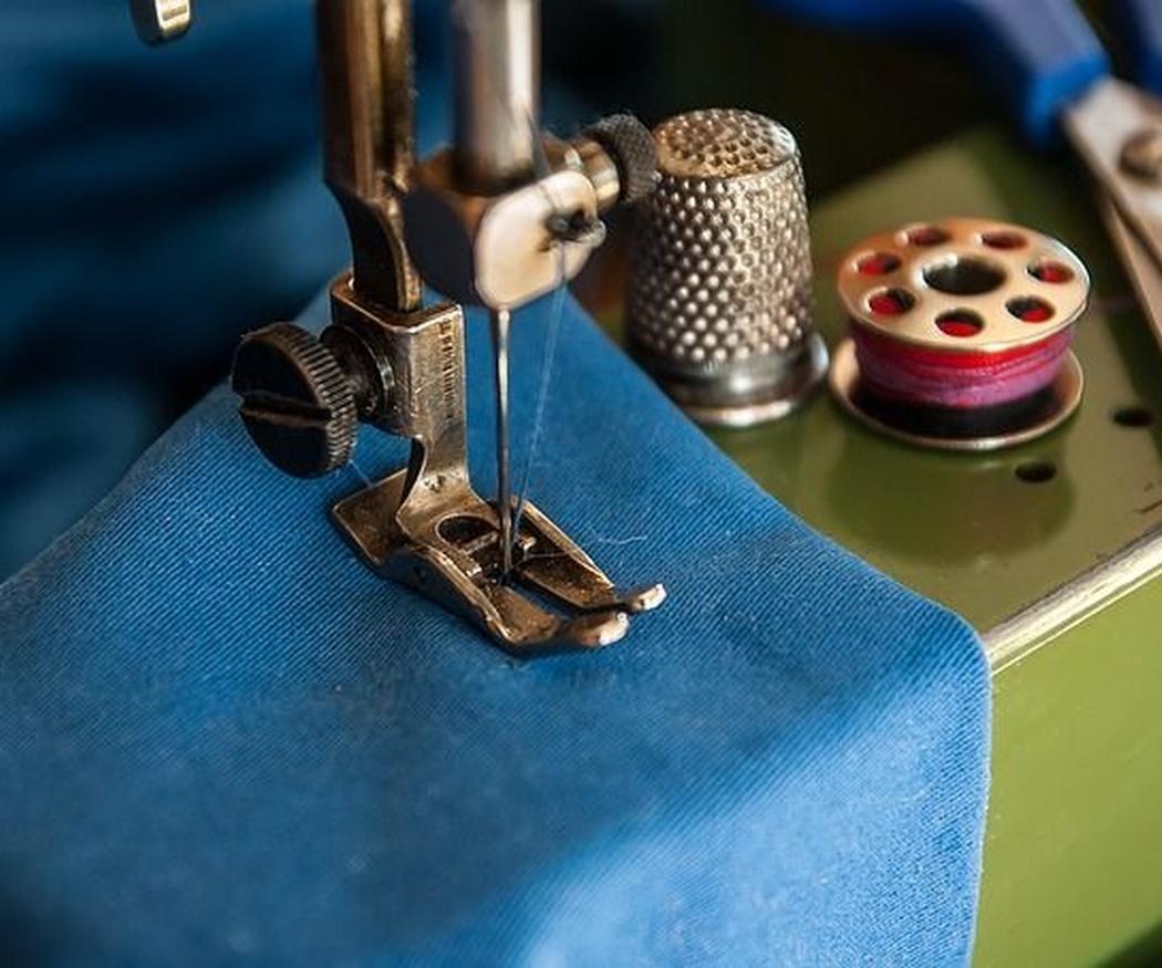 Diferencias entre máquina de coser de brazo libre y de gabinete