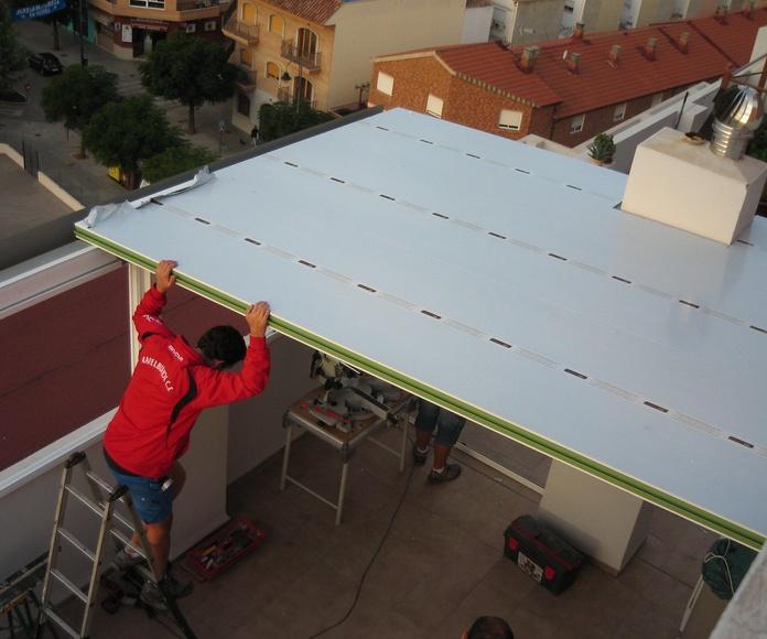 Montando los paneles de aluminio.