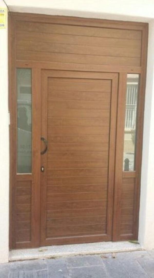 Puertas de viviendas : Especialidades   de Comercial Reyes