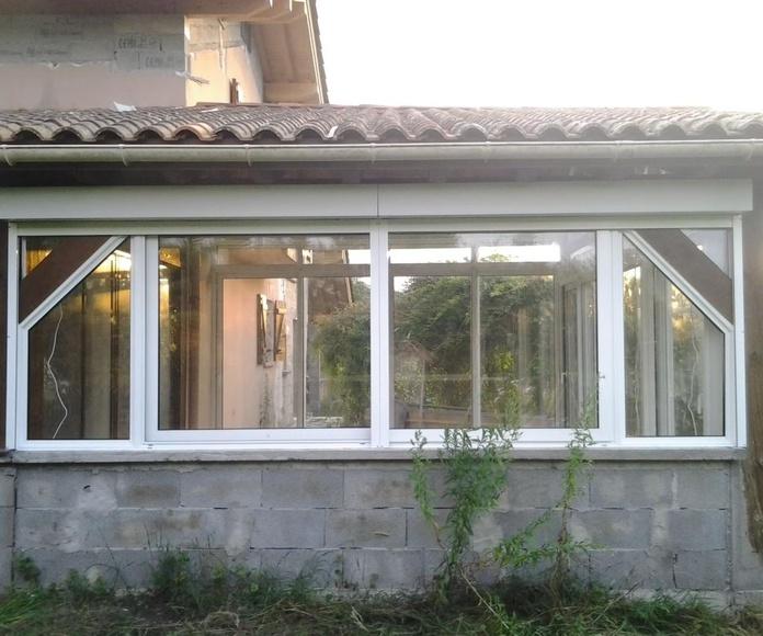 vista exterior corredera de dos hojas con fijos laterales poligonales