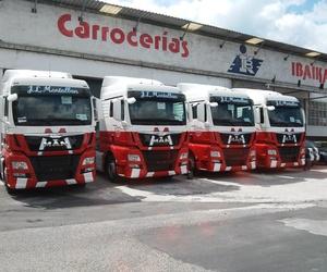 Flota de camiones pintados y rotulados