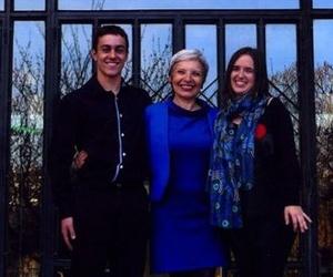 La profesora de piano Tatiana Cervinschi con dos alumnos premiados