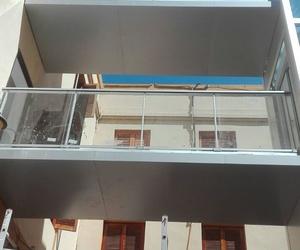 Estructura de ascensor exterior  con pasarela por Jaco Construcciones