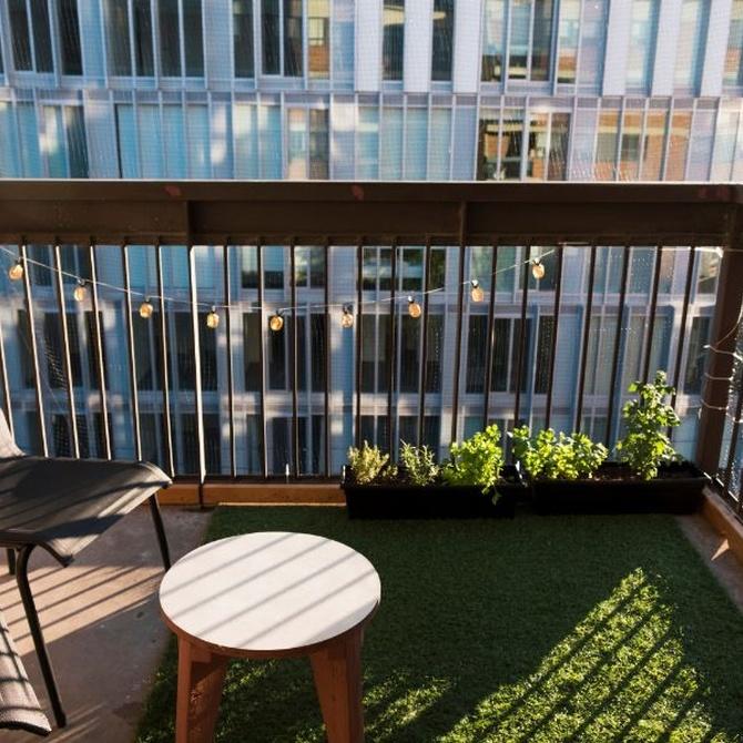 Razones para instalar césped en un balcón