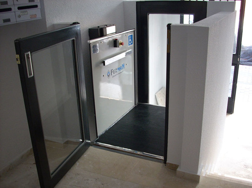 Instalación de salvaescaleras de plataforma vertical en comunidades de vecinos