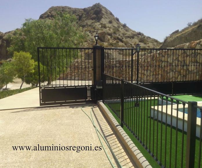 vallado de hierro macizo y puerta corredera medio abierta - almeria.bis