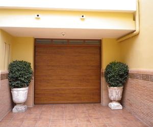 Seccional imitación madera panel canal central liso, con ventanas superiores