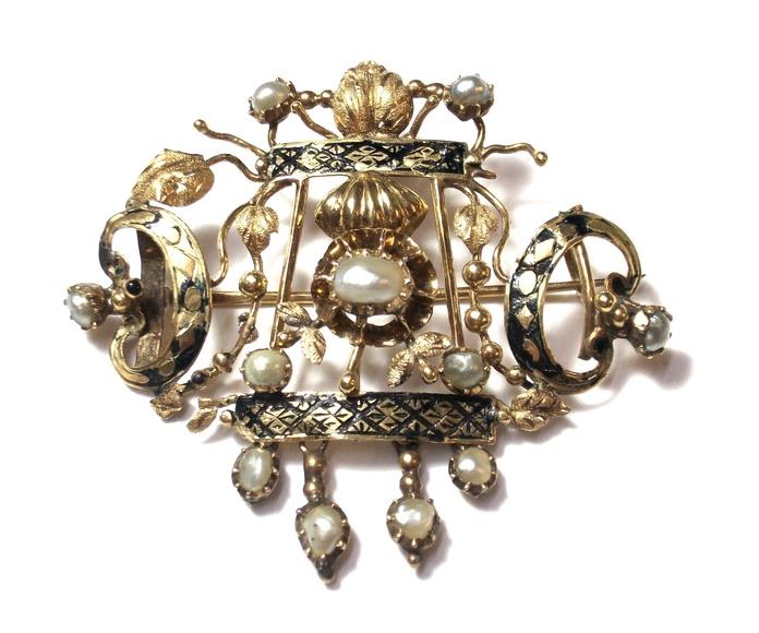 Broche de oro de 18k con esmalte y perlas naturales. S. XIX.