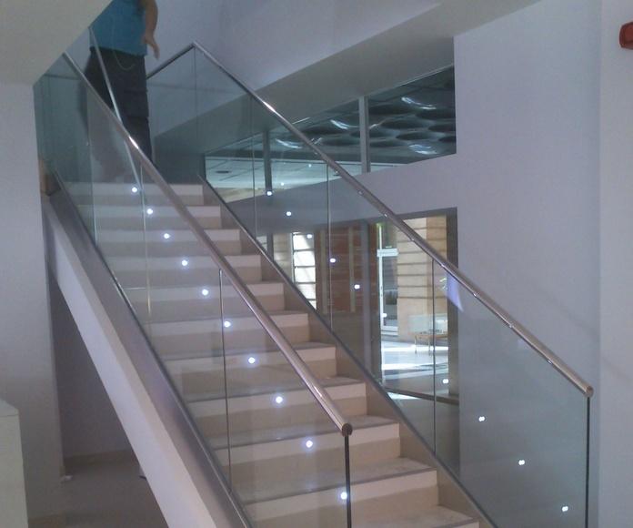 Barandilla de acero inoxidable y vidrio en sucursal bancaria.