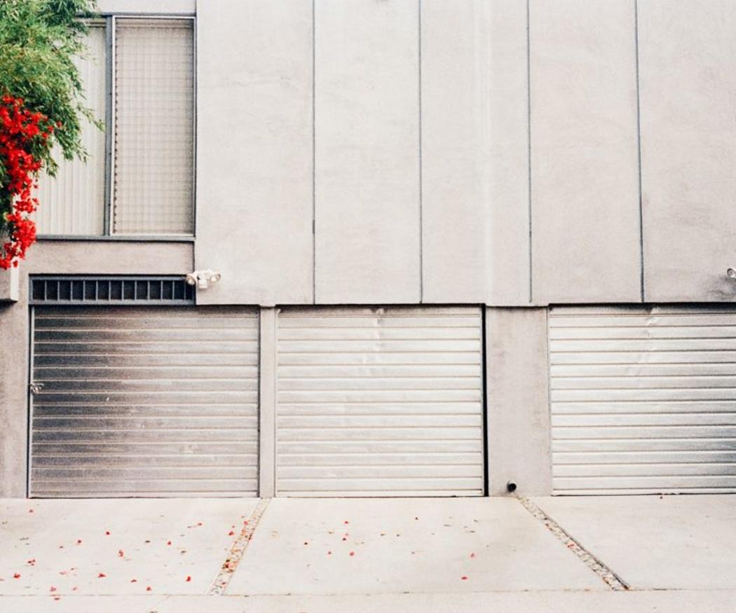 Ventajas de los cierres metálicos en edificios de viviendas