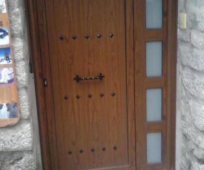 Puerta de aluminio imitación madera Fumanal Rey en Huesca